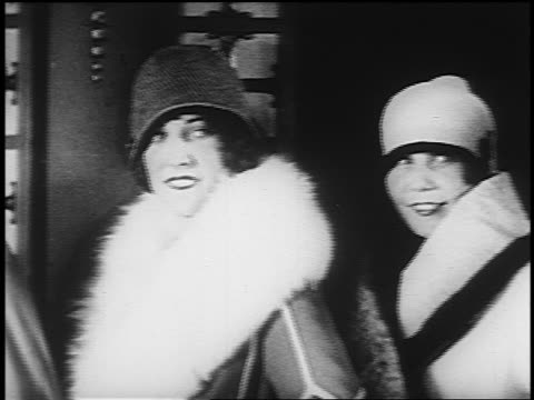 b/w 1920s pan line of smiling women in hats - 1920年点の映像素材/bロール