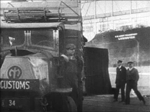 vidéos et rushes de b/w 1920s men on running board of us customs truck / prohibition / newsreel - véhicule utilitaire léger
