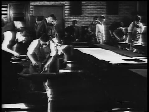 vídeos de stock e filmes b-roll de b/w 1920s men working with hammers + anvils in vocational school / newsreel - só homens jovens