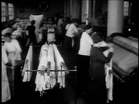 vídeos y material grabado en eventos de stock de 1920s montage women working at a laundry cleaning facility / united states - hacer la colada