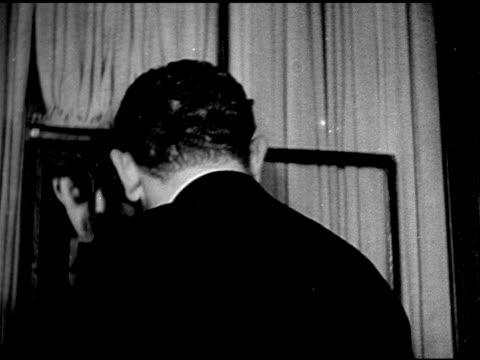 vídeos de stock e filmes b-roll de new york city speakeasy ha ws people walking down into 21 club entrance ms doorman shaking head int 21 club w/ upscale people at bar owners charlie... - bar clandestino