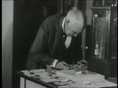 b/w 1920s older thomas edison working in laboratory - solo un uomo anziano video stock e b–roll