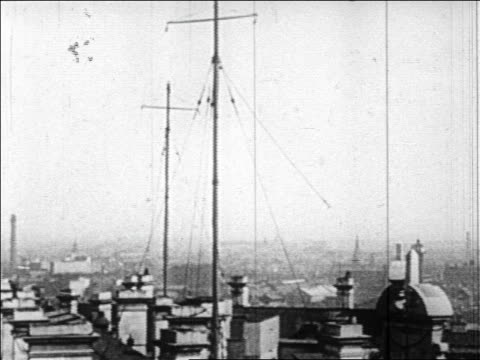 b/w 1920s radio antennae in city - 1920年点の映像素材/bロール