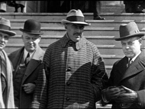 vídeos y material grabado en eventos de stock de teapot dome scandal owner publisher of washington post edward beale mclean standing on steps w/ unidentified men cu ed talking mot 1924 ws albert... - cúpula