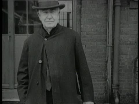 b/w 1920s thomas edison wearing hat standing facing camera - endast en pensionärsman bildbanksvideor och videomaterial från bakom kulisserna