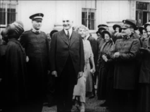 vídeos de stock e filmes b-roll de b/w 1920s warren g and florence harding smiling outdoors with salvation army / newsreel - primeira dama