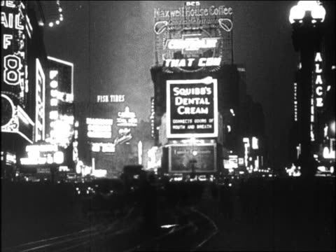 vídeos de stock, filmes e b-roll de b/w 1920s wide shot lights + signs at times square at night / new york city - 1920