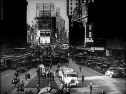 b/w 1920s wide shot traffic on times square / new york city - 1920年点の映像素材/bロール
