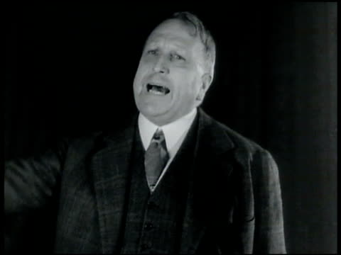 vidéos et rushes de 1920s: william randolph hearst standing speaking shaking finger in air slapping hands together. - 1924
