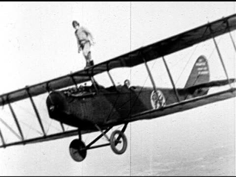 angled unidentified male wing walker on top of curtiss jn-4d 'jenny' biplane center wing, male wingwalker & pilot perform stunt loop over oceanside... - biplane stock videos & royalty-free footage