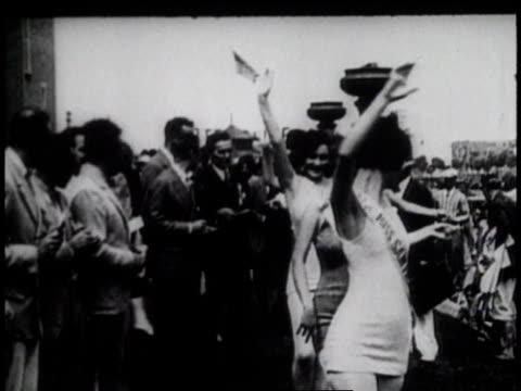 vídeos de stock e filmes b-roll de 1920s ms women in beauty contest parading / united states - tremido