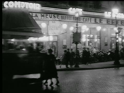 vídeos de stock e filmes b-roll de b/w 1920s/30s busy sidewalk cafe with traffic in foreground at night / paris, france - 1930