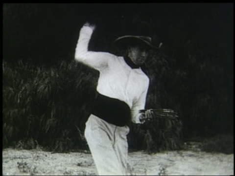 stockvideo's en b-roll-footage met b/w 1920s/30s man with cowboy hat throwing knives - cowboyhoed