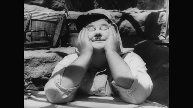 stockvideo's en b-roll-footage met 1930s a spat between laurel and hardy during laundry duty lands them in hot water with their superiors - verwijten