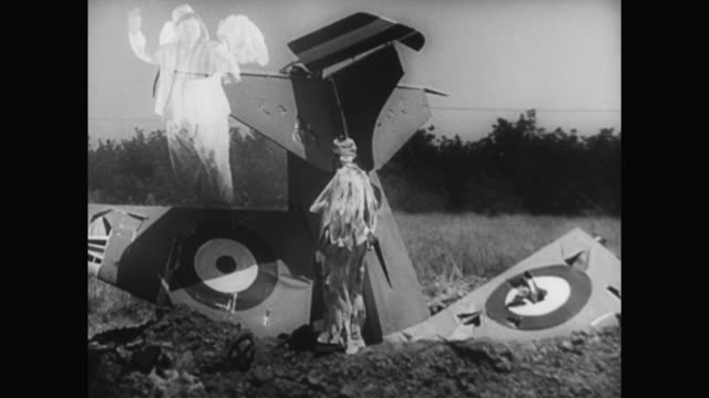 1930s after crashing an airplane, laurel watches hardy become an angel - 1930 1939点の映像素材/bロール