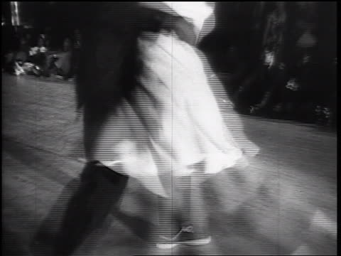 vidéos et rushes de b/w 1930s black male swing dancer throwing female dance partner around himself + swing dancing - rock