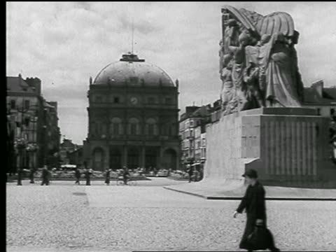 b/w 1930s building with domed roof on plaza / statue commemorating wwi in foreground / le havre, france - kuppeldach oder kuppel stock-videos und b-roll-filmmaterial