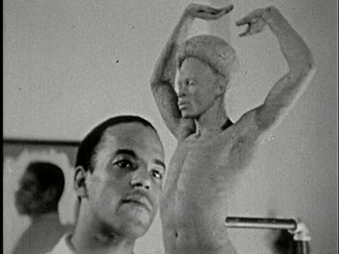 vidéos et rushes de 1930s b/w cu, artist sculpting male's figure in clay in studio, new york, city, new york state, usa - représentation masculine