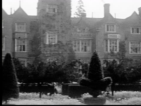vidéos et rushes de 1930s b/w ws pan mansion with gardens - labyrinthe