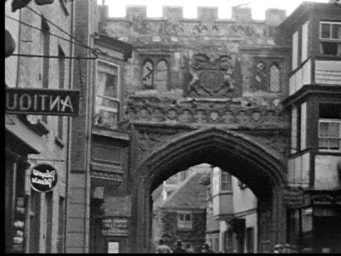 vídeos de stock, filmes e b-roll de 1930s b/w ms people walking in european village - antiquário loja