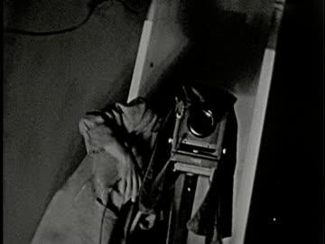 vidéos et rushes de 1930s b/w ms, la, photographer taking photo with camera on tripod in studio, new york, city, new york state, usa - appareil photo