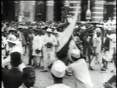 vídeos de stock, filmes e b-roll de 1930s b/w police wielding clubs at an antibritish riot / bombay india - cultura britânica