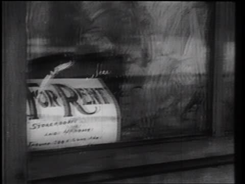 "stockvideo's en b-roll-footage met b/w 1930s close up pan ""for rent"" sign in window to deserted street of town in winter / industrial - grote depressie nieuwsevenement"