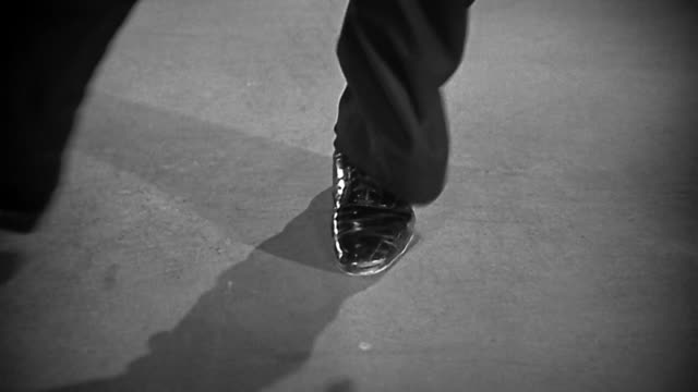 1930s close up man's feet tap dancing - bロール点の映像素材/bロール