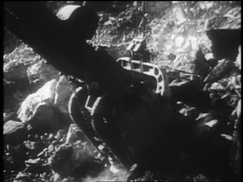 vídeos de stock, filmes e b-roll de b/w 1930s close up tilt up dragline scooping up rubble in dam construction / tennessee river valley - nova negociação