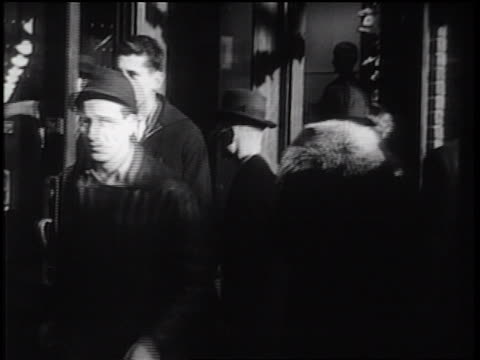 stockvideo's en b-roll-footage met b/w 1930s crowd entering + exiting building / industrial - ingang