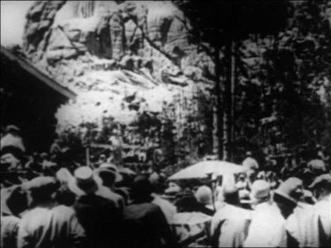vídeos y material grabado en eventos de stock de b/w 1930s crowd gathered to watch progress of construction of mt rushmore / south dakota / newsreel - monumento nacional
