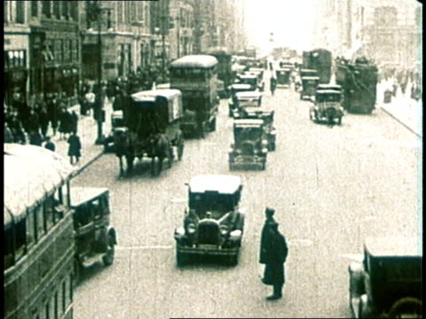 vidéos et rushes de 1980 ha 1930s era cars and trucks on busy city street with pedestrians caught in the middle - prohibition