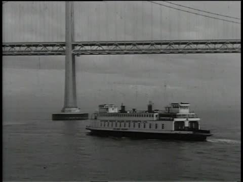 vídeos y material grabado en eventos de stock de 1930s ws ferry steaming past the golden gate bridge / san francisco, california, united states - bahía de san francisco