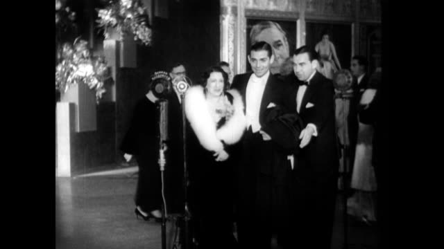 vídeos de stock, filmes e b-roll de / 1930s film premiere / clark gable jack okey jack warner carole lombard and william powell all noted as they walk up to red carpet microphone... - estreia