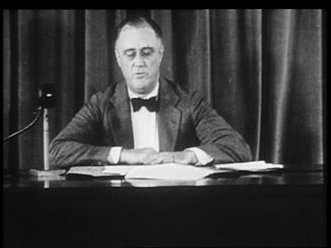 stockvideo's en b-roll-footage met b/w 1930s franklin d roosevelt sitting at desk near curtain delivering speech / fireside chat - alleen één oudere man