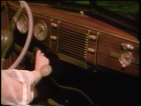 vídeos de stock, filmes e b-roll de 1930s hands of woman inserting key in ignition of ford v-8 convertible / commercial - ignição