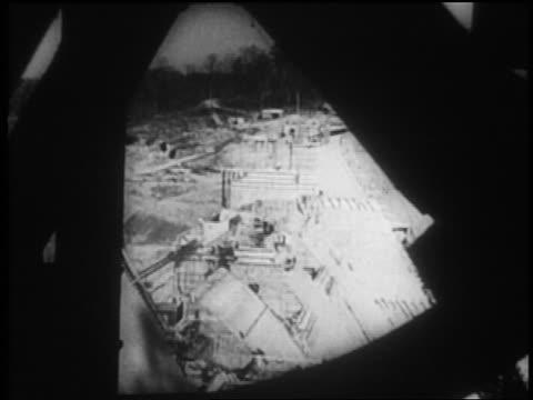 vídeos de stock, filmes e b-roll de b/w 1930s high angle long shot dam construction site / obstruction in foreground / tennessee river valley - nova negociação