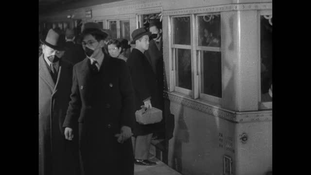 vídeos de stock, filmes e b-roll de japanese people getting out of/into subway train car, some wearing masks. westernization, non-traditional. - ocidentalização