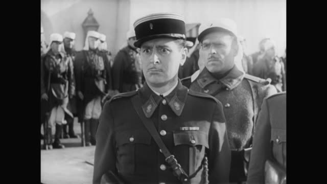 1930s laurel and hardy are unable to march in unison with soldiers - 1930 1939 stock-videos und b-roll-filmmaterial