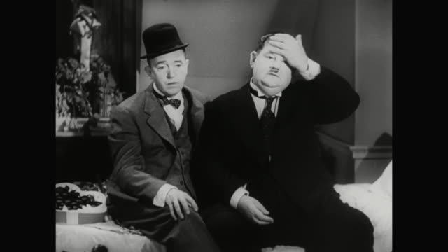 1930s laurel offers advice to help hardy mend his broken heart - 1930 1939点の映像素材/bロール
