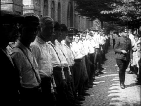 vídeos de stock, filmes e b-roll de b/w 1930s line of nazi soldiers in white shirts outdoors / germany - um do lado do outro