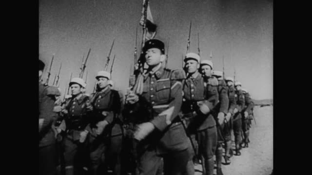 1930s man (reginald gardiner) leads a group of marching soldiers - 1930 1939 stock-videos und b-roll-filmmaterial