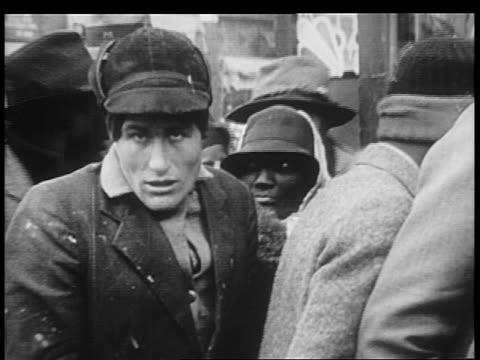 vidéos et rushes de b/w 1930s men standing in line on city sidewalk - la grande dépression