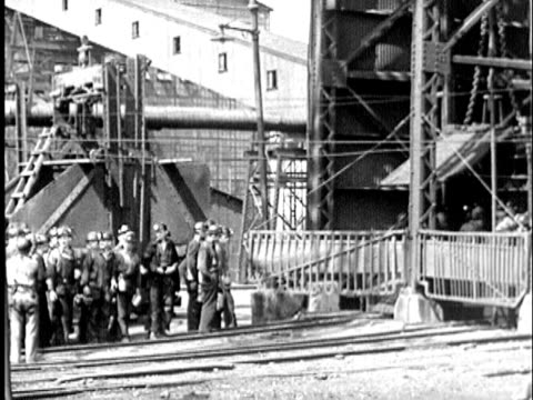 vidéos et rushes de b/w montage 1930s miners walking into elevator and descending into coal mine, maryland / usa - mineur de charbon