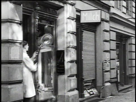 stockvideo's en b-roll-footage met 1930s montage opening of shops in the city / berlin, germany - 1930