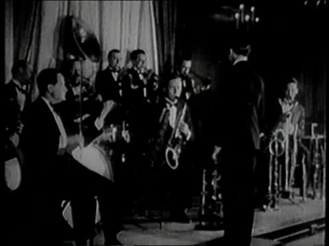 1930s montage roger wolfe kahn leading jazz band/ united states - 1930年点の映像素材/bロール