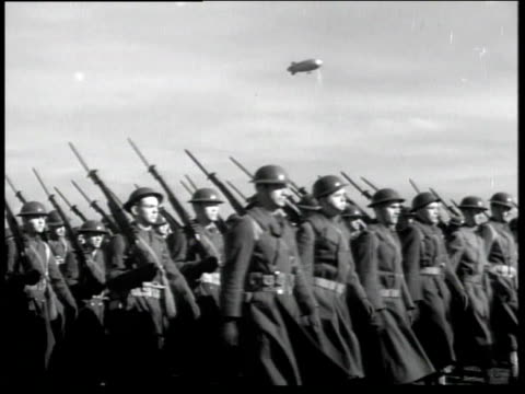 vídeos de stock e filmes b-roll de 1930s montage soldiers march in formation, blimp overhead / fort lewis, washington, united states - marchar