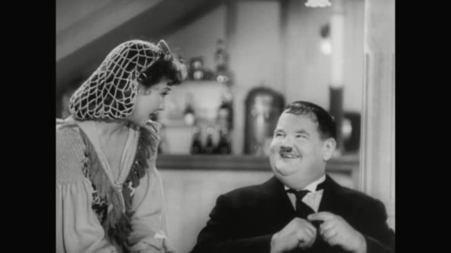 1930s oliver hardy faces rejection from his lady friend (jean parker) - 1930 1939点の映像素材/bロール