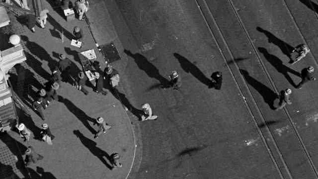 stockvideo's en b-roll-footage met b/w 1930s overhead wide shot people crossing street / new york city - 1930