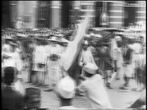 vídeos de stock, filmes e b-roll de 1930s police beating demonstrators with flags in anti-british protest / new delhi, india - autoridade